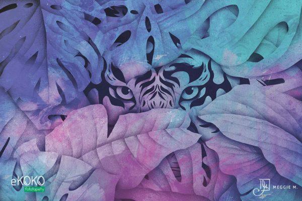 głowa tygrysa wyłaniająca się zza liści w fioletowych odcieniach - fototapeta